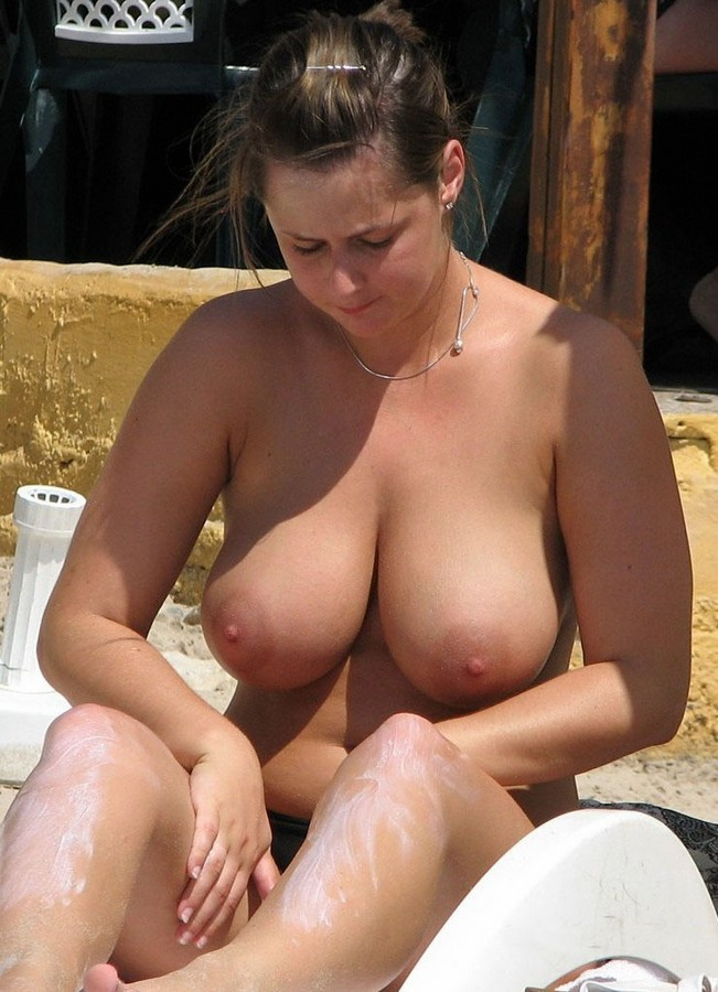 порно фото висячие сиськи толстушки на пляже